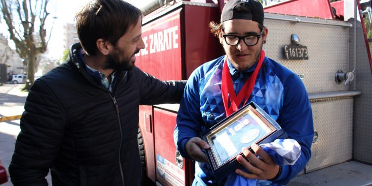 El atleta Nacho Parodi lució en Zárate sus medallas de oro