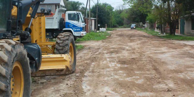 Servicios Públicos limpia desagües pluviales y trabaja en el arreglo de calles