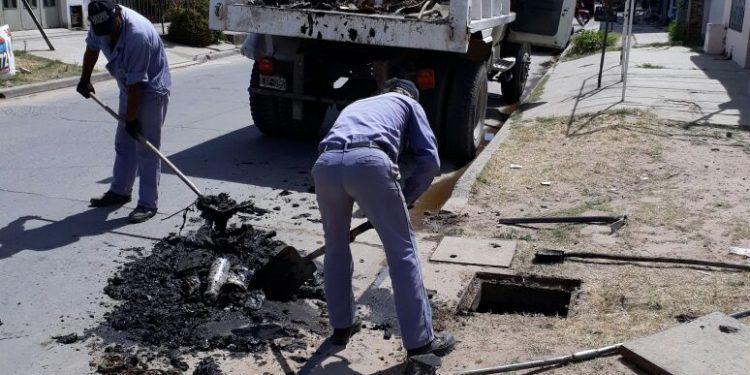 Servicios Públicos realiza bacheo y limpieza de sumideros