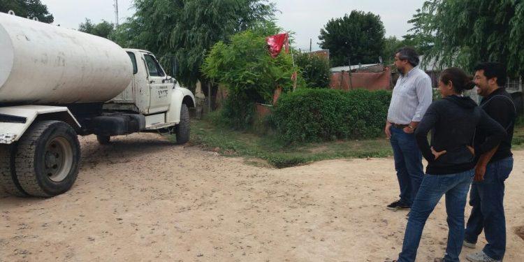 Municipio asiste con agua potable a vecinos del barrio La Esperanza