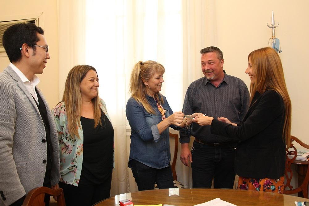Fondo de Financiamiento Educativo: Municipio entregó cheque al Consejo Escolar para realizar obras