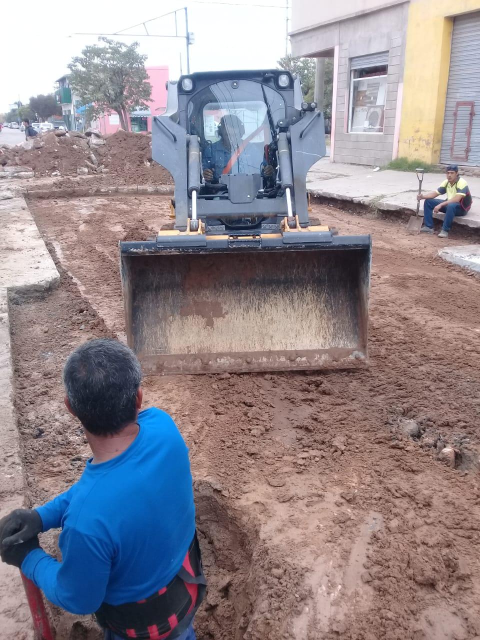 Municipio realiza trabajos de bacheo sobre calle España
