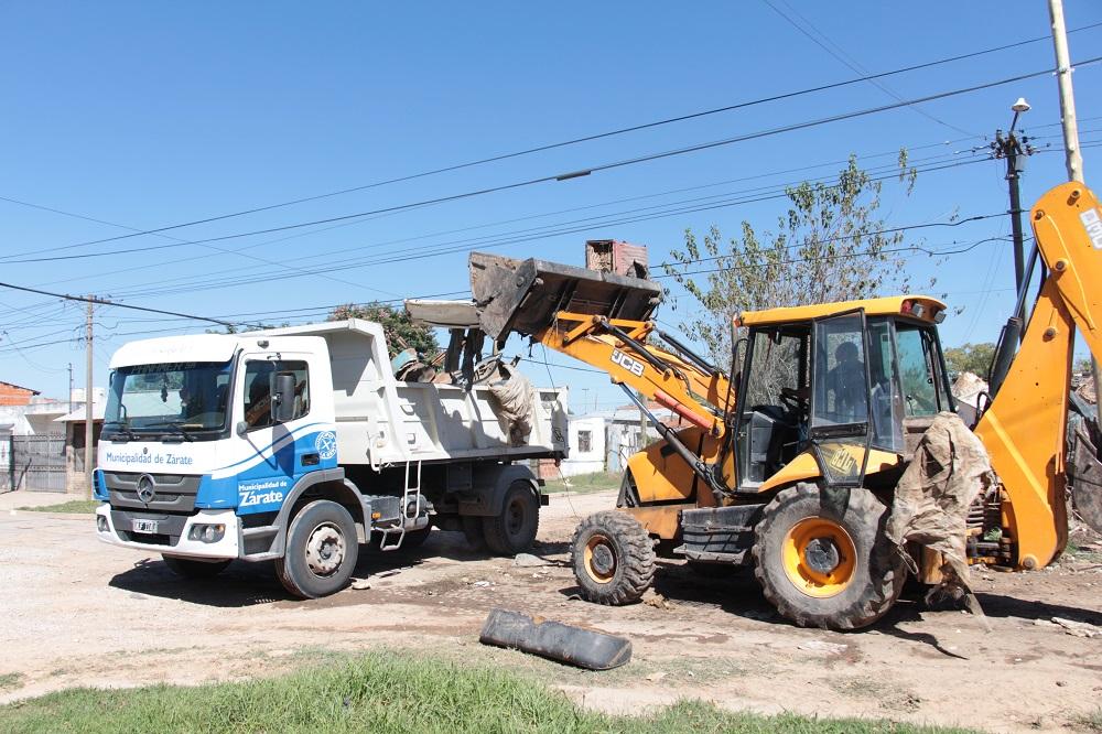 Municipio retira chatarra de vereda en barrio Pecorena