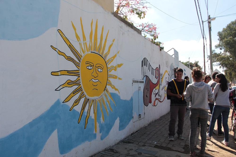 Programa Mi Barrio: Alumnos de la Escuela Secundaria N° 18 y Primaria N° 15 pintan un mural