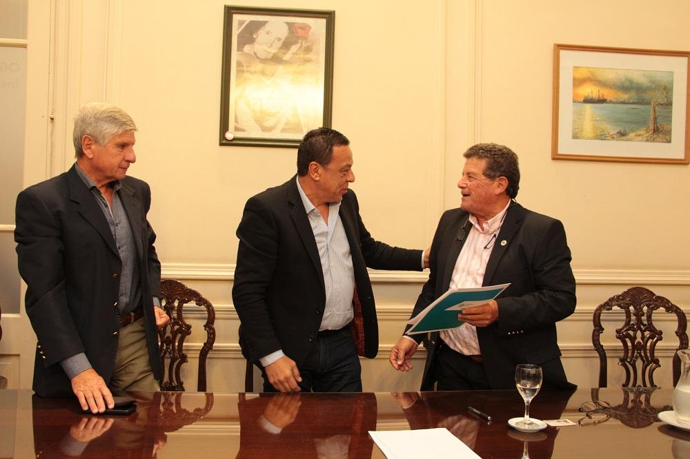 Caminos Rurales: Municipio firmó convenio con la Sociedad Rural