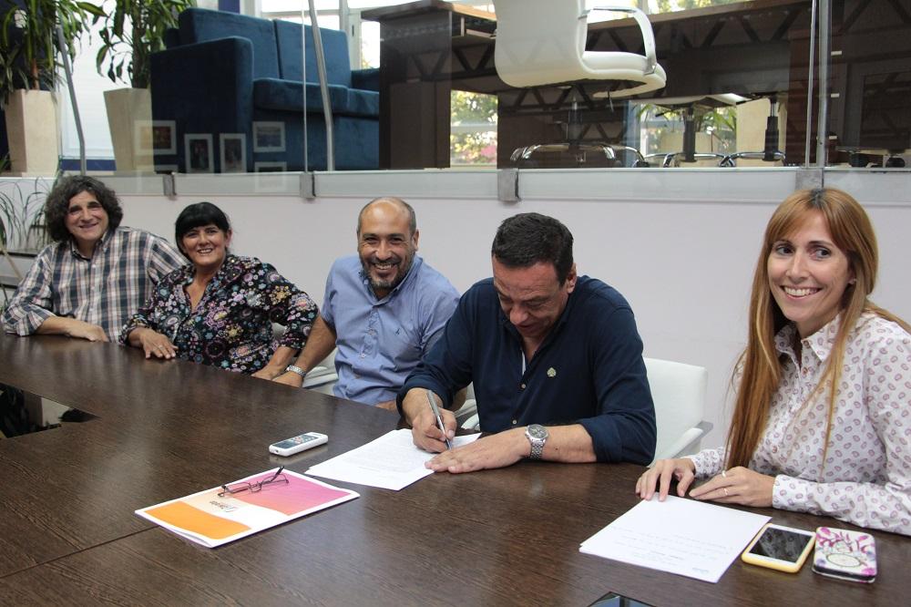 Municipio firma convenio con la Sociedad de Fomento de Villa Fox