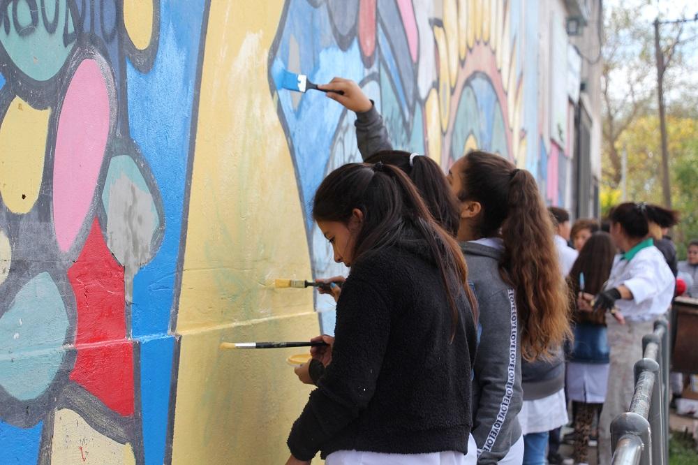 Alumnos pintan un mural en el marco del Programa Mi Barrio