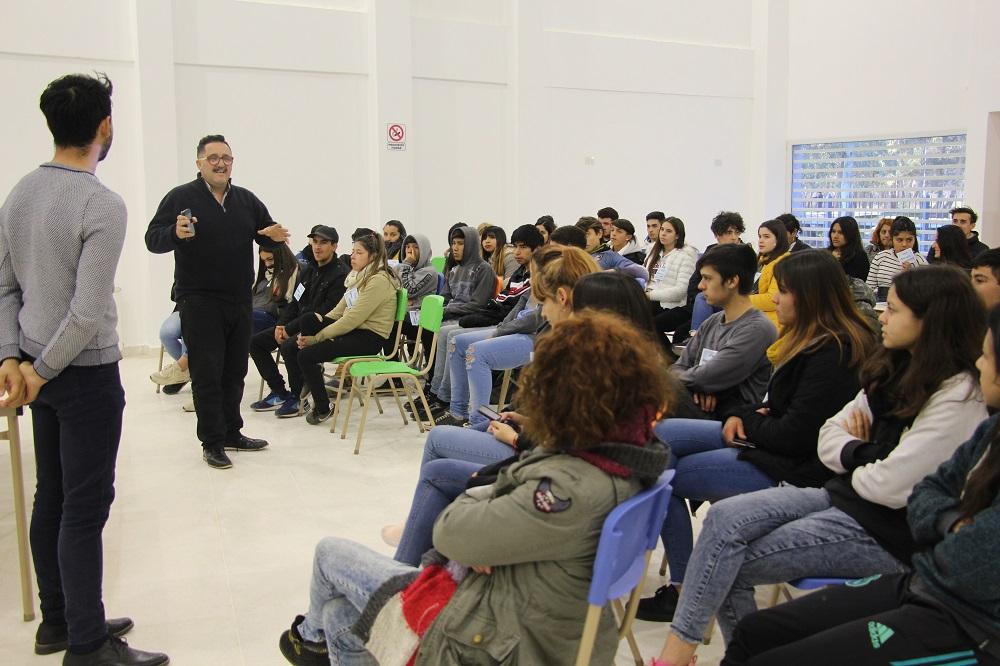 """Más de 80 jóvenes participaron de la charla introductiva del Programa """"Líder Joven"""""""
