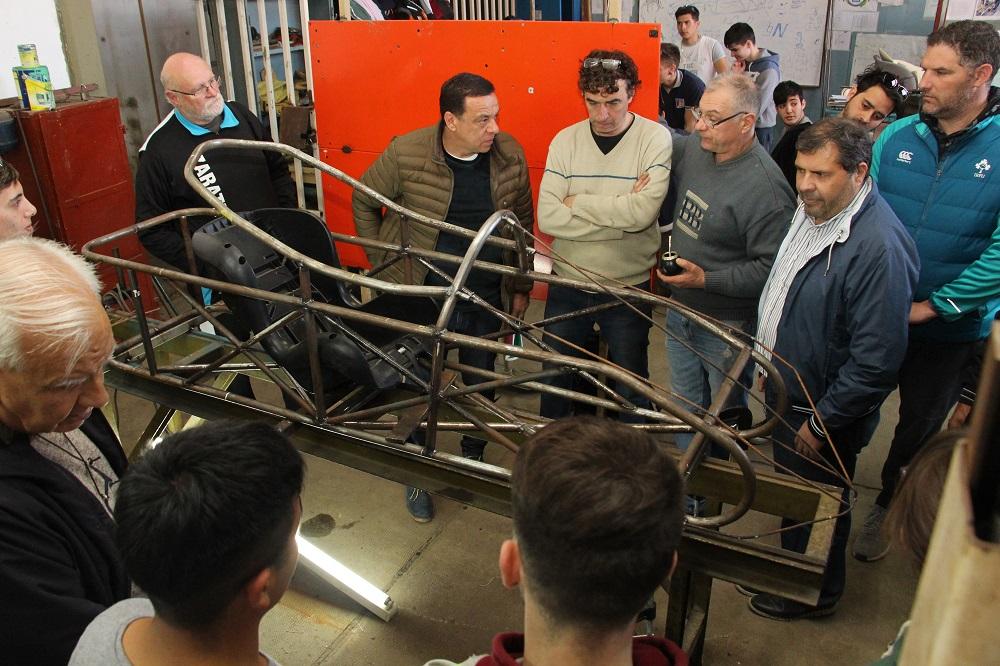 Cáffaro visitó a los alumnos del Colegio Industrial que fabrican un auto eléctrico