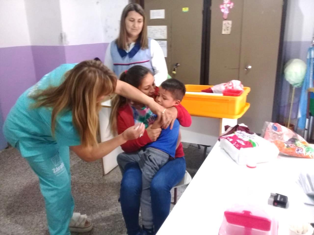 Municipio vacuna contra el sarampión en jardines de infantes estatales
