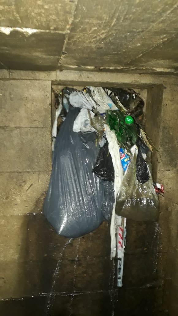 Municipiolimpia desagües pluviales obstruidos con basura y pide concientización al vecino