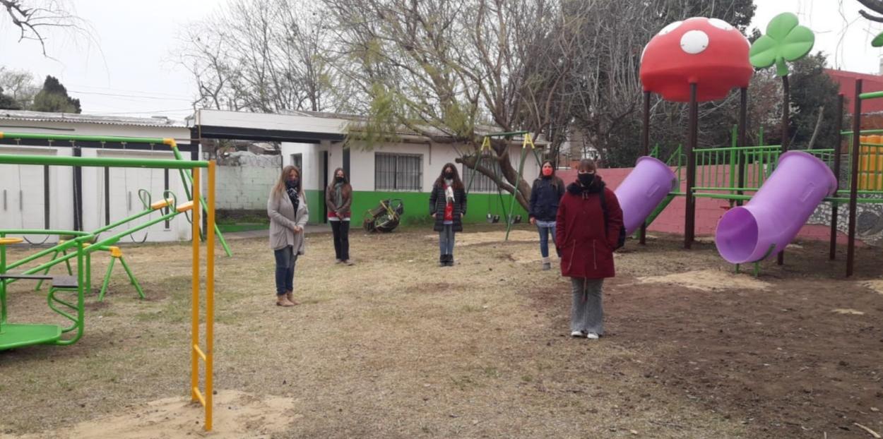 Programa Municipal Compartiendo: Colocación de juegos Jardín 914 Sala Celeste