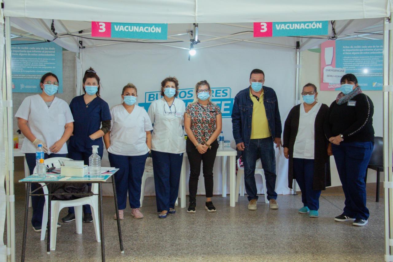 Cáffaro visitó el centro vacunatorio ubicado en Club Pellegrini