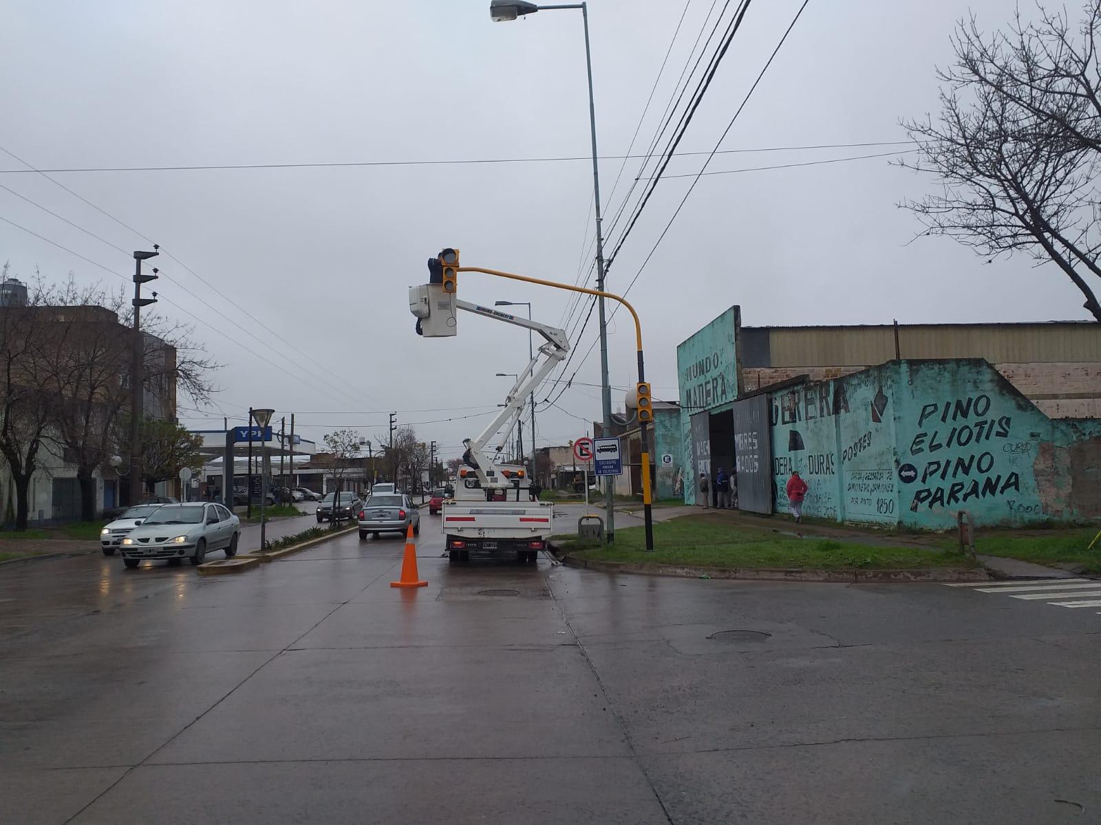 Se colocó semáforo en la esquina de Pinto y Gallesio